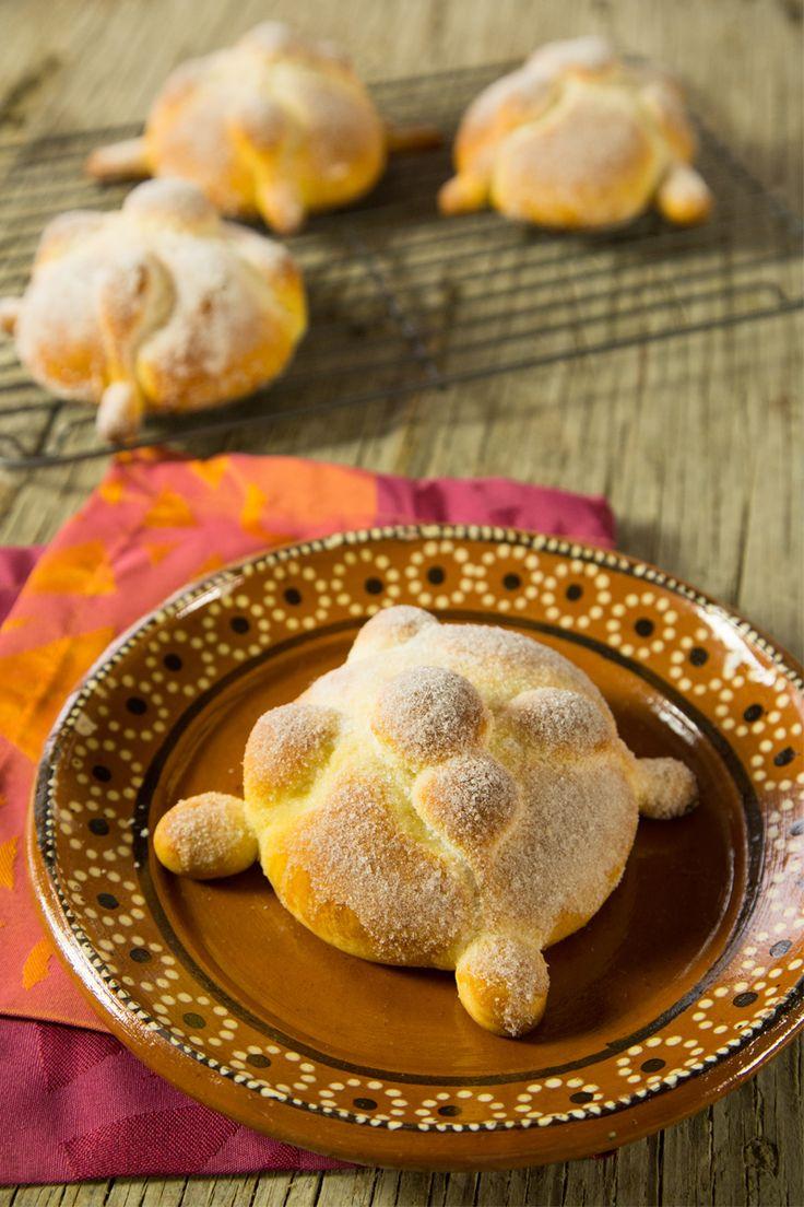 Prepara este esponjosito y azucarado pan de muerto fácil. Te enseñamos paso a paso cómo hacerlo para que deleites a todos en casa con su incomparable sabor. Nunca fue más fácil hacerlo en casa.
