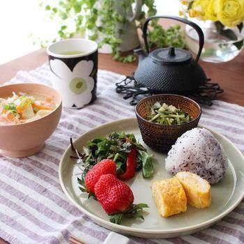 マリメッコ  ティータイムのみならず、シンプルな色のウニッコなら日本食の食器の中でも馴染みます。様々なシーンでテーブルに彩りを与えてくれます。
