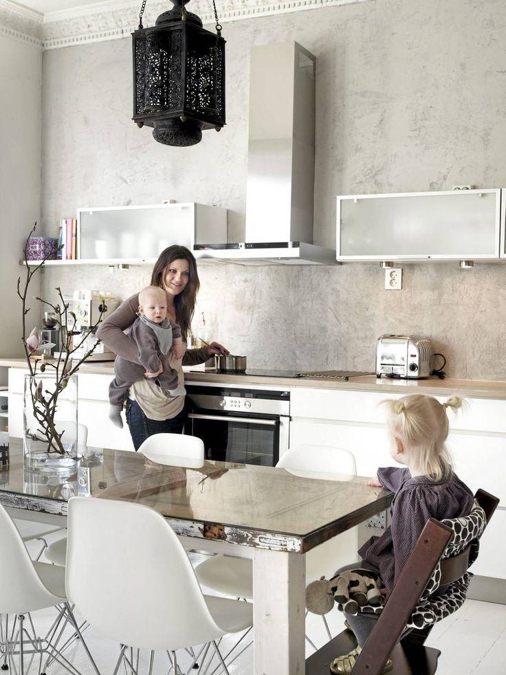 BOLIGENS NAV: Kjøkkenet er forutsigbart nok blitt leilighetens sosiale samlingspunkt. Innredningen er fra Kvik, plaststolene fra Vitra.