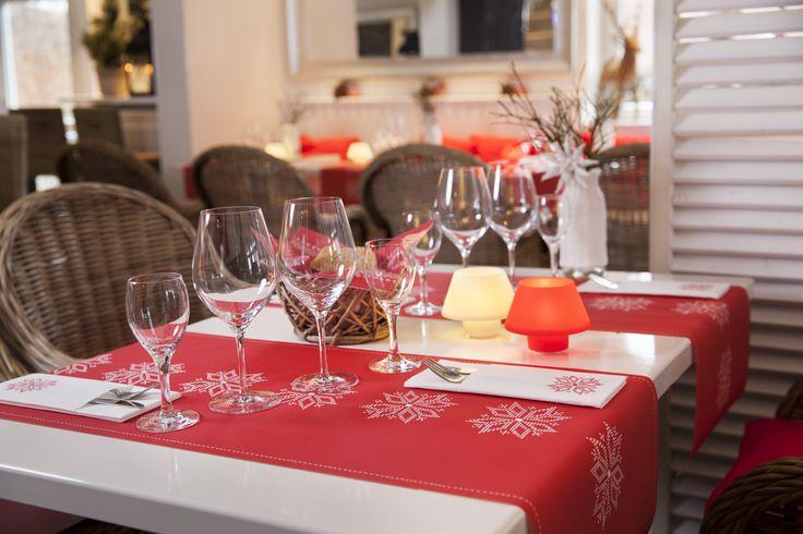 Schnee ist typisch für den Winter. Schneeflocken auf diesen Tischdecken und Servietten symbolisieren das. Gerne verwendet in der Winter- und Weihnachtszeit.  #Schneeflocken #Winter #Weihnachten #Christmas #rot #weiß #Servietten #Tischläufer #Tischdecke #Duni #Hertie