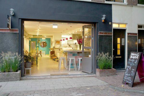 Nieuwsgierig naar Bakers & Roasters,  Eerste Jacob van Campenstraat 54  ( De Pijp) of Kadijksplein 16 in  Amsterdam. Een populaire ontbijt - en lunch tent gezien de rij wachtende voor een tafeltje!