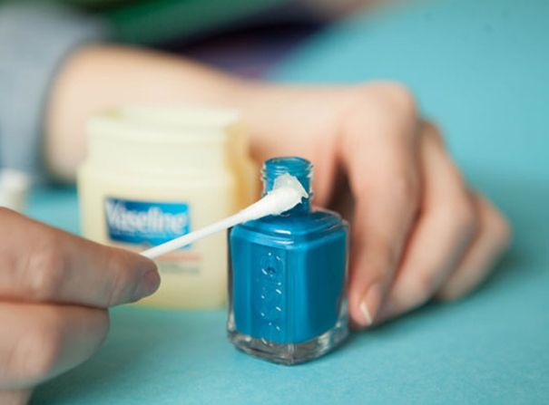 10 handige trucs voor het lakken van je nagels | Voorkom plakkaten uitgedroogde nagellak aan de opening van je nagellakpotje door deze in te smeren met vaseline. Hierdoor kan de dop ook niet vast blijven plakken door uitgedroogde nagellak.