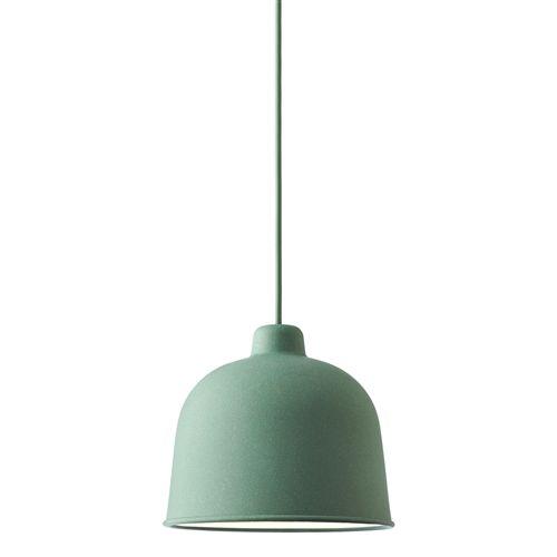 Hanglampen zijn er in alle vormen. De Muuto Grain hanglamp is een subtiele lamp die opvalt in zijn eentje boven de tafel maar ook mooi gecombineerd kan worden met meerdere naast elkaar. Opvallend is de afwerking van het snoer in de kap.