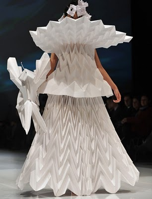 Robe haute couture en papier robe papier paperart unconventional materials fashion - Robe en origami ...