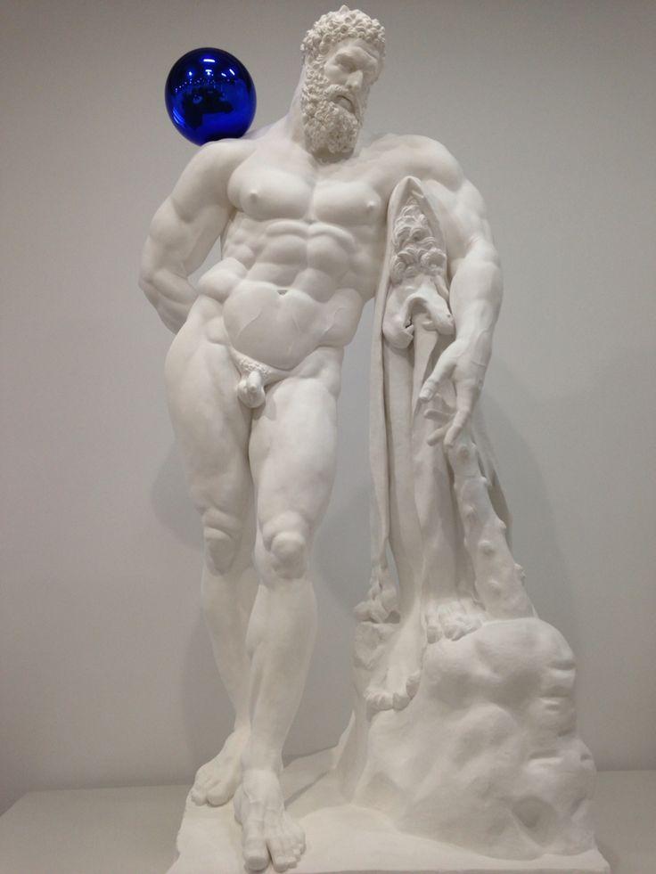 Classicismo e modernità. Jeff Koons  Sfera blu . Pop kitsch