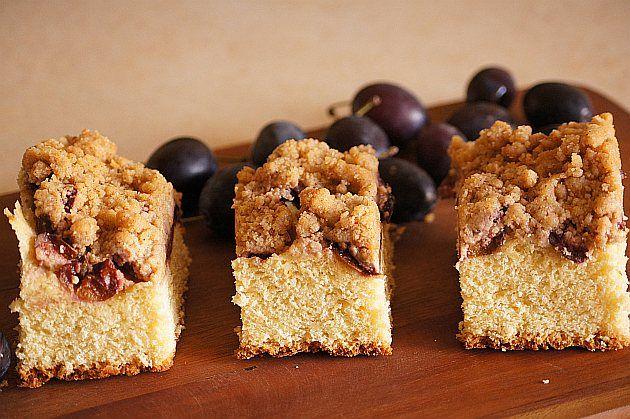 Ciasto drożdżowe ze śliwkami : Składniki ciasta: 500g mąki pszennej 50g drożdży 1 łyżka cukru 1 jajko i 2 żółtka 1 szklanka ciepłego mleka 100 g masła 1 łyżka oliwy lub oleju 120 g cukru. Przepis na Ciasto drożdżowe ze śliwkami