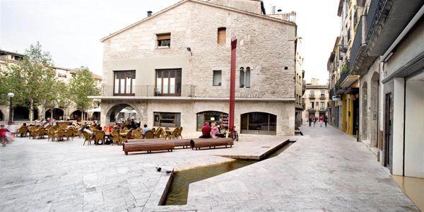 El arquitecto Josep Miàs recupera la belleza de las plazas del casco antiguo de Banyoles. | diariodesign.com