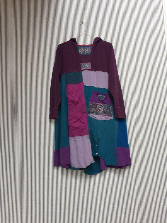 Upcycled XXL Waffel stricken Pflaume lila Hoodie Patchwork und Applikationen in verschiedenen Violetttöne Blues und Aquas mit 3 Taschen vorn. Niedliche Applikationen und Patchwork Details.  Gemessen über Büste 25 flach zu legen 40-42 lang  Alle Baumwoll-Strick.  Beachten Sie, dass diese Waffel Strick Hoodie ist nicht als dickes Sweatshirt Material grau Sweatshirt hat es noch eine schöne Gewicht darauf.