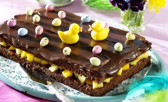 Läcker chokladglasyr, fräsch frukt och så de rara kycklingarna på toppen. Vi lovar att detta blir påskbordets mest uppskattade snackis!