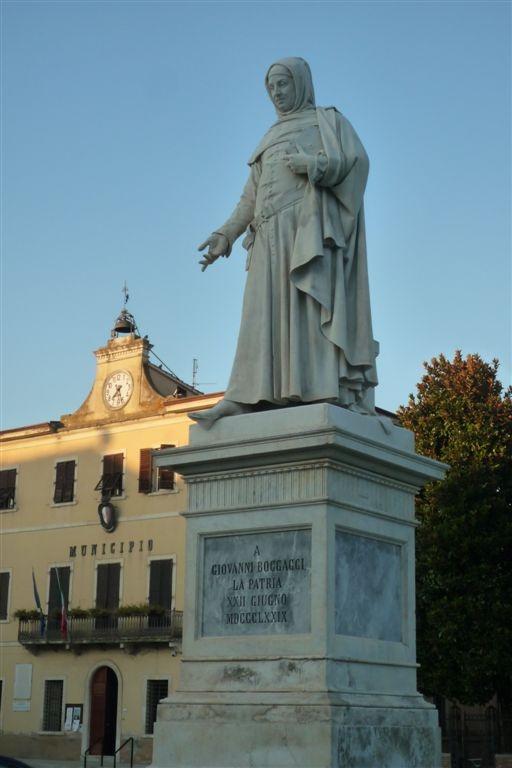 Certaldo - Piazza Boccaccio - il monumento di Augusto Passaglia 1879 .