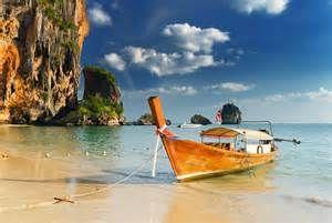 Botes Thai tradicionales en la playa Railay, Krabi, Tailandia.