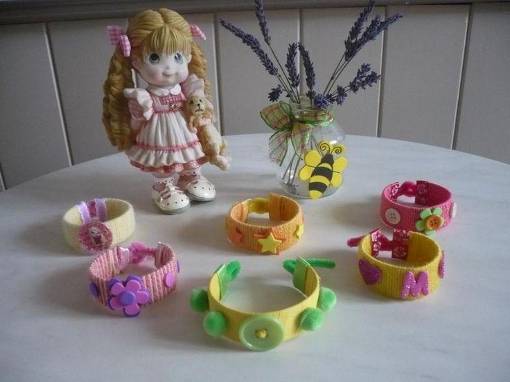 Des bracelets avec le rouleau en carton du papier toilette