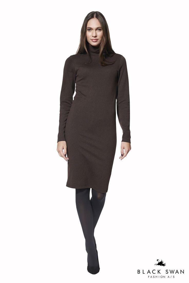 Figursyet stretch kjole med høj turtle neck krave i et brun-sort jaquard mønster. Den kan let styles til hverdag eller fest - med sneakers eller høje hæle. Soft knitted longsleeve dress. Black Swan Fashion