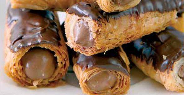 Εκλέρ με φύλλο κρούστας  Για την κρέμα 1lt γάλα πλήρες 5 κρόκους αυγών μεσαίου μεγέθους (100 γρ.) 1 αυγό μεσαίου μεγέθους (50γρ.) 180 γρ. ζάχαρη 40 γρ. κορν φλάουρ 200 γρ. σοκολάτα κουβερτούρα (55% περιεκτικότητα σε κακάο)  Για τους κυλίνδρους 1 πακέτο Φύλλο κρούστας Χρυσή Ζύμη 200 γρ. βούτυρο ανάλατο αγελαδινό, λιωμένο 200 γρ. ζάχαρη κρυσταλλική  Για την επικαλυψη 600 γρ. σοκολάτα κουβερτούρα (55% περιεκτικότητα σε κακάο), λιωμένη