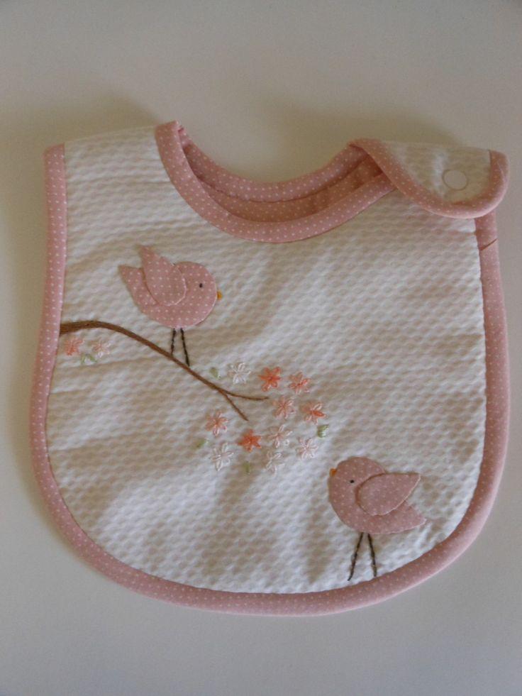 Babador em piquê com aplicações à escolha do cliente. Manta acrílica no interior e tecido 100% algodão para o forro. Nome do bebê pode ser acrescentado.