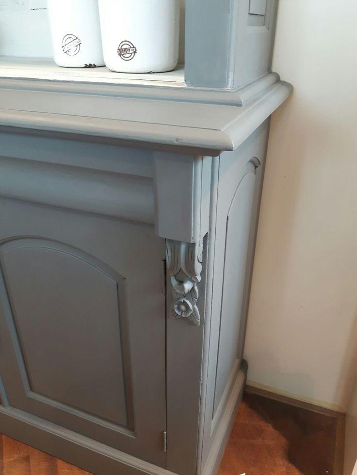 Schitterende landelijk brocante buffetkast/toonkast. De kast heeft een prachtige warmgrijze kleur aan de buitenkant. De binnenkant is vergrijsd wit. De onderkast bestaat uit 2 deurtjes met daarboven 2 lades. De bovenkast heeft 2 planken en is open. De kast heeft leuke ornamenten, verrassende elementenen een prachtige afwerking. Een echte blikvanger!   Breedte: 118 cm Diepte: 40 - 48 cm Hoogte: 206 cm Kleur: grijs en vergrijsd Materiaal: teakhout Voorraad: 1 stuk