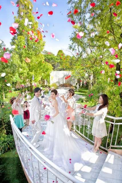 結婚式場写真「挙式後のフラワーシャワー♪ フラワーの他にもフェザーシャワー、リボンシャワーなどお持込も可能