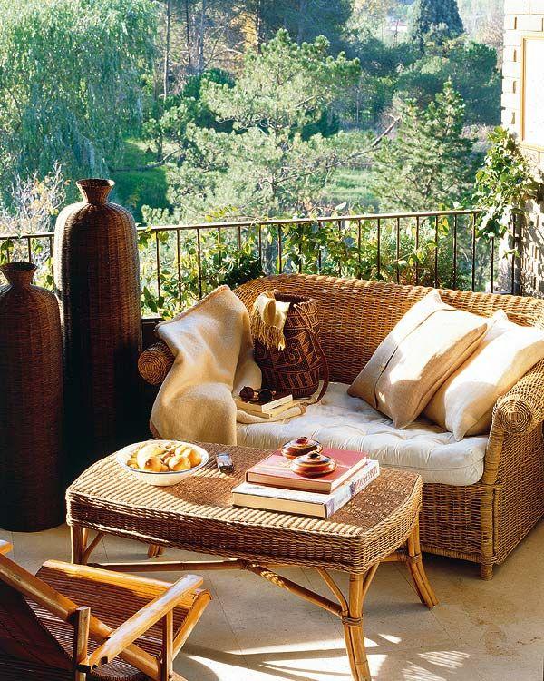 metall geländer balkon kletterpflanzen rattanmöbel und vasen