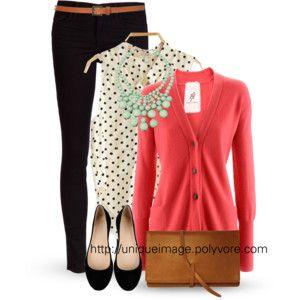 TARDE-NOCHE (semi-formal): Jeans negro = zapatos bajos + cartera y Cinto marrón claro + camperita coral + remera/camisa c/lunares negroa sobre tono neutro + collar menta