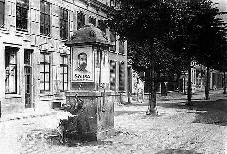 Utrecht op zondag | Breedstraat | Rond 1900 | Met de pomp nabij de Hardebollenstraat (Foto J.A. Moesman)