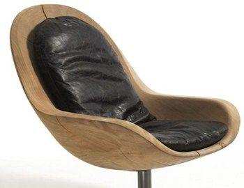 H πολυθρόνα Creus, σχεδιασμένη από την ιταλική φίρμα Riva, είναι φτιαγμένη από φυσικό ξύλο σε γήινα χρώματα. Διαθέτει καμπυλωτό σχήμα που ακολουθεί το ανθρώπινο σώμα ώστε να επιτυγχάνεται η μεγαλύτερη άνεση. Στηρίζεται σε βάση αλουμινίου