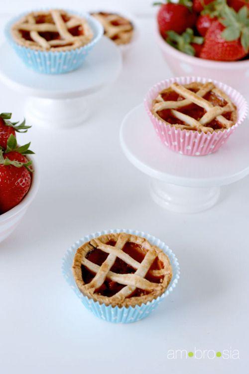 mini strawberry rhubarb pies. ♥♥