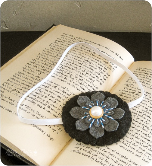 Bookmark DIY using felt and elastic. (Inspiration only. Link doesn't work - can't find original image)
