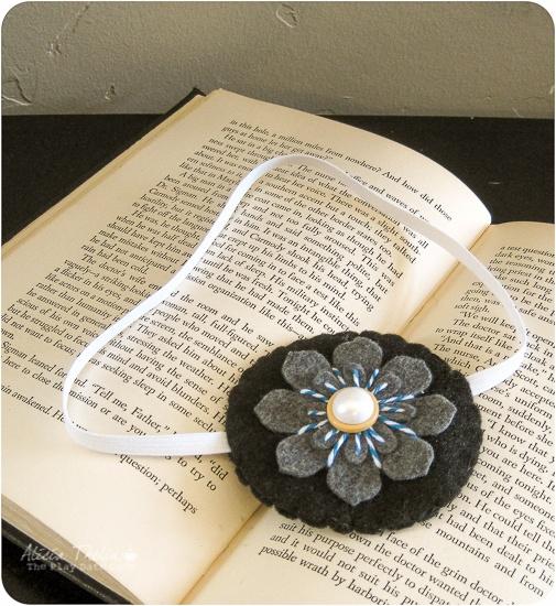 Bookmark DIY using felt and elastic.