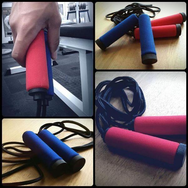 Hyppynaru punainen/sininen, 9,95 €. Upean värinen hyppynaru joko sinisenä tai punaisena, mielesi mukaan! #hyppynaru