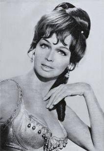 Tordai Teri / 1941. december 28-án született, Debrecenben, Jászai Mari díjas színésznő. Fiatalon balettezni tanult, de nem akart művész lenni, tanárnak készült. Egy szavalóversenyen figyeltek fel a tehetségére, s azt javasolták neki, menjen színművészeti főiskolára. Első filmje az Esős vasárnap volt. Tordai Teri német filmjeivel külföldön is nagy sikereket ért el, Terry Torday néven lett híressé. Leghíresebb filmjei: Jó estét nyár, jó estét szerelem; A Pendragon legenda;