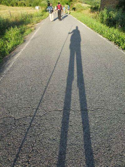 Lunghe le ombre sulle strade del cammino, dall'alba al tramonto (foto: Valentina Castellano Chiodo)