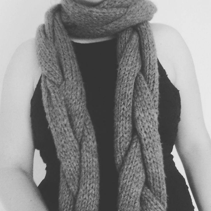 Winter is coming - Dat betekent dikke sokken, volle sjaals en warme mutsen maken. Geef je outfit een verassende draai en brei deze gevlochten sjaal.