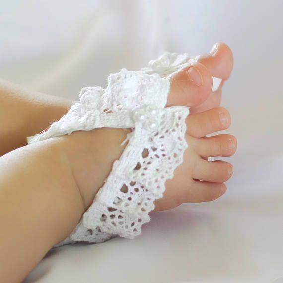 Sandalias pies Descalzas, pies descalzos sandalias bebé, sandalias bebé descalzo, bebé, bebé sandalias pies descalzos, pies descalzos sandalias para bebés. Estas sandalias están hechas de encaje de algodón, perlas, fieltro y elástico. ¡Estas sandalias son perfectos para cualquier edad! No se estirará la parte delantera de esta sandalia pero hay suficiente estiramiento elástico en la parte posterior para un ajuste perfecto. Todos mis productos están diseñados para que su bebé vea hermoso…