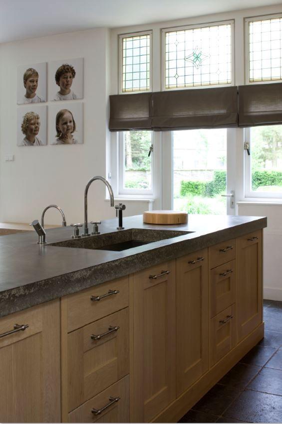 Massief eiken houten keuken met betonnen aanrechtblad