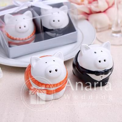 Such an adorable piggy salt and pepper. Make them happy with your gift ^^ #souvenir #souvenirs #souvenirsurabaya #souvenirnikah #souvenirunik #souvenirwedding #anariawedding