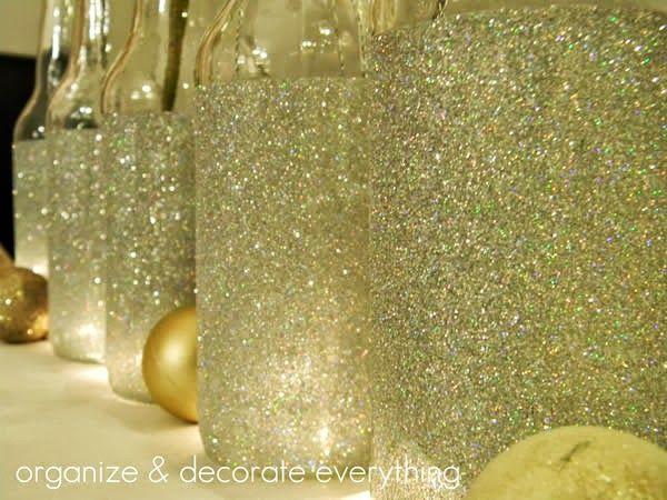Ma egy nagyon egyszerű trükköt mutatok csillivilli mécsestartó készítéséhez.   Szükséges anyagok:  Befőttes üvegek Egy nagy marék csillámpor Ragasztó (pl. dekupázsragasztó) Ragasztószalag  Én a képen látható keskeny nyakú üvegek dekorálásának nem sok értelmét…