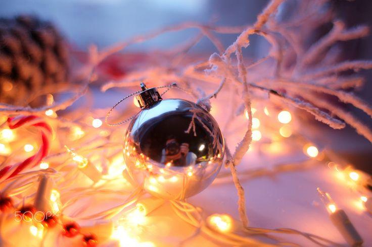 Christmas lights - Новый го, гирлянда, рождество, рождественские огни, елочная гирлянда, огоньки, елочный шар, снежные ветки, шишка, настроение, новогоднее, праздник
