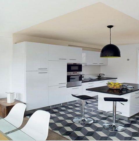 Peinture cuisine blanche plafond couleur lin autour de meubles laqué blanc et plan de travail granit noir