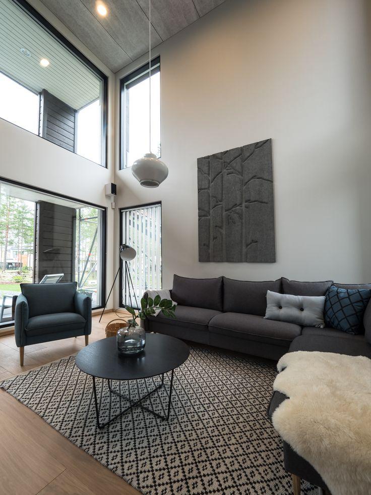High ceiling requires lights that offer effective illumination without casting shadows or leaving dark spots in the room. Korkeat tilat vaativat valot, jotka luovat tehokkaasti varjottoman valaistuksen.