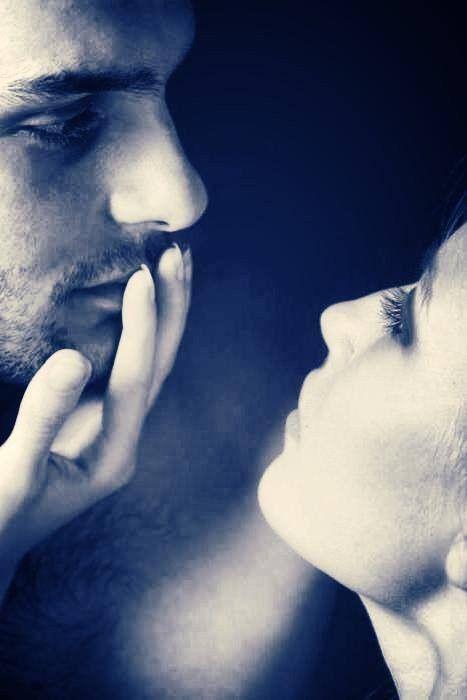 La théorie du tout: La rencontre L'amour commence dans un regard.  Ce baiser échanger qui n'a pas encore atteint les lèvres.  Il commence dans un battement de cil, qui tel un papillon, apporte à chaque  battement de cœur, des trésors de tendresse, des soupirs d'attente.  L'amour commence dans un regard,  dans un baiser inassouvi.   Fleur ❀ ღ❀