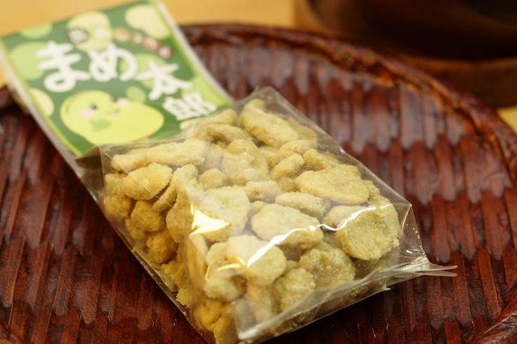 ☆まめ太郎☆ サクサクの豆を、ほんのり緑色をした砂糖でコーティングしたこのお菓子。 お豆のサクサクした食感と、砂糖のざらっとした食感が特徴的です。 緑色をしているのは出雲市斐川町でしか採れない出西生姜が使われているから。 生姜の辛みが後味となり、甘すぎず、思わず次から次へと手が伸びてしまいます。 お茶請けにお一ついかがですか。 ※詳しくは、下記の連絡先でご確認ください。 ****************************** ■糸賀製餅店 住所:島根県出雲市斐川町荘原1175-3 電話:0853-72-3019 ホームページ:  http://www.itoga-mochi.jp/ 地図:  https://goo.gl/maps/mV9yt ****************************** #島根県 #出雲市 #斐川町 #生姜