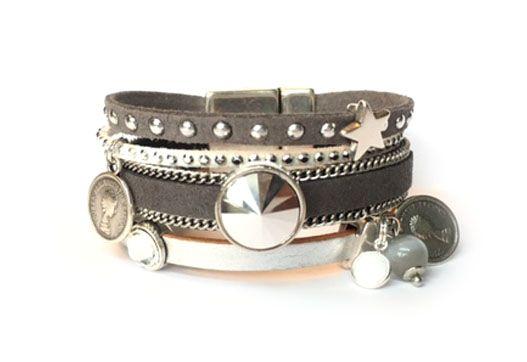 Uniek handgemaakte armband met mooie brede magneetsluiting in de kleurstelling zilver, wit en grijs. Grijs bandje met studs, grijze band met zilverkleurige schakelketting en wit strass suede bandjes en mooie zilveren leer. De armband is ruim 2 cm breed.