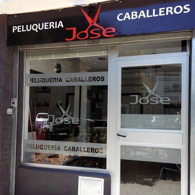 Peluqueria de caballeros Jose.  #retovinilo #vinilosdecorativos #vinilos #decorativos #rotulo #rotulacion #escaparate #peluqueria #tijeras #cordobaespaña #cordoba #glass #trabajosreales #translucido