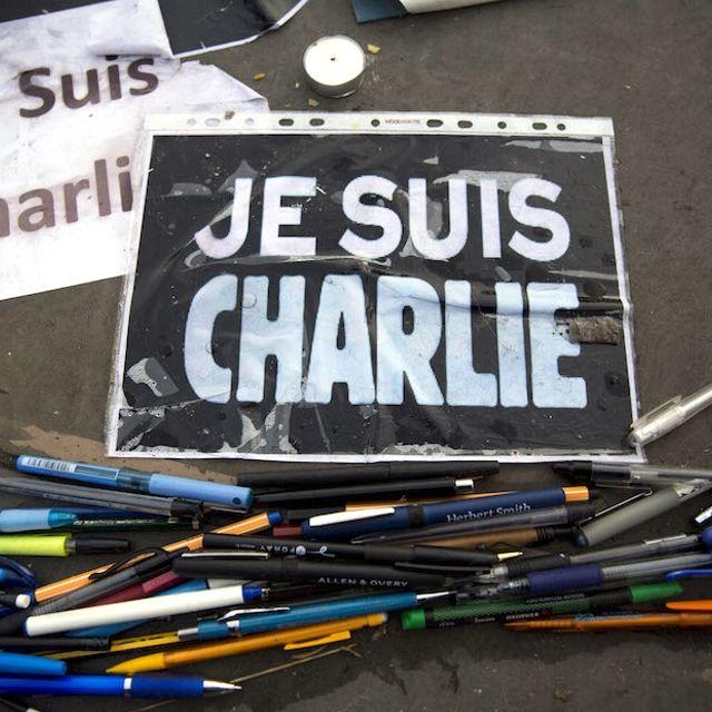 Matite colorate e cartelli durante una manifestazione a Trafalgar Square, #Londra