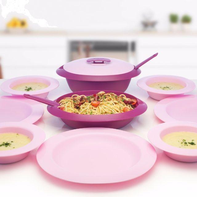Siap santap!    Serasinya wadah saji dan peralatan makan mendambah indahnya momen makan bersama.  Hidangan apapun yang anda siapkan hari ini, pastikan tampilan meja makan selalu elegan.  Piring dan Mangkok yang bisa ditumpuk membuat Ringkas dan hemat ruang penyimpanan.  Desain warna Ungu yang cantik dan menarik, membuat Seri Amethyst ini patut  ditambahkan dalam List Koleksi anda.    Bisa untuk makanan panas dan Bisa dipakai untuk menghangatkan makanan di Microwave  1 set Serve and Dine Set…