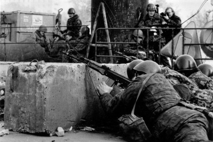 Солдаты, прячущиеся за бетонные блоки во время штурма Белого Дома. Россия, Москва, 1993 год.