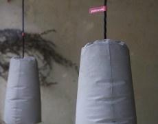 Sencillas lamparas de hormigón, encofradas con un molde textil o plástico. Y un acabado que recuerda a las obras de Miguel Fisac.