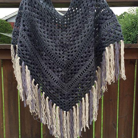 Och så blev den, 3 shades of grey-ponchon  #virka #virkat #virkning #crochet #crocheting #crochetaddict #crochetersofinstagram #instacrochet #scrapyarn #restgarn #poncho #gråttärflott #craftastherapy_neutrals
