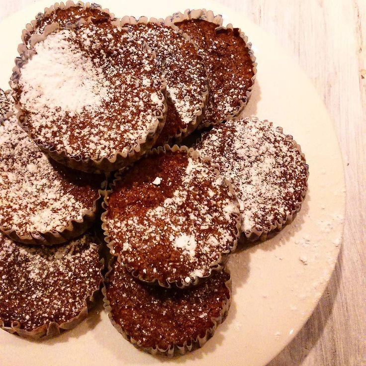 Brownies Suecos individuales que podemos regalar como hice con estos para mi novio que siempre hace cosas lindas en la casa Son re fáciles de hacer y quedan super chocolatosos  (y no llevan chocolate!). Salen 10 de esta receta: Manteca 135 gr Harina 130 gr (1 taza) Cacao amargo 55 gr (3/4 taza) Azúcar 350 gr (1 taza  3/4) Sal pizca Huevos 3 unid Esencia de vainilla 1 cdita - Precalentar el horno a temperatura media - Derretir la manteca - Aparte mezclar el cacao la harina la sal y el azúcar…