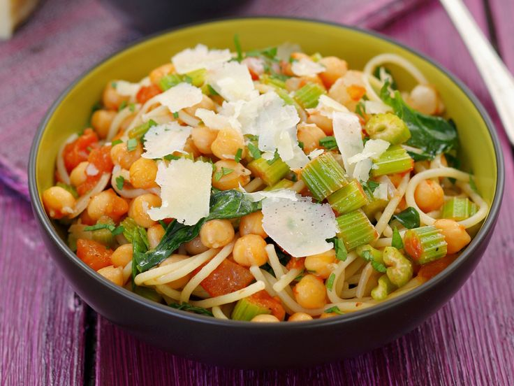 Spaghetti und Kichererbsen sind eine super Kombi, die lange satt macht. Pasta mit Kichererbsen, Staudensellerie und Parmesan - smarter - Zeit: 40 Min. | eatsmarter.de
